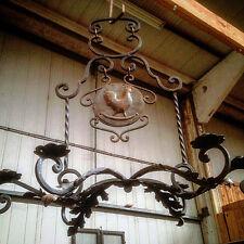 lustre en fer forgé à torsade six bras de lumière blason au coq   XX siècle