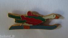 Pin's pin PETITE OIE BLANCHE AU SKI (ref L20)