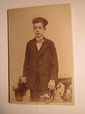 Dresden - stehender Junge mit Schüler-Mütze - Kulisse / CDV