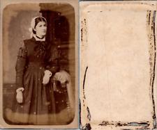 Jolie femme en costume traditionnel régional avec une coiffe, circa 1865 CDV vin
