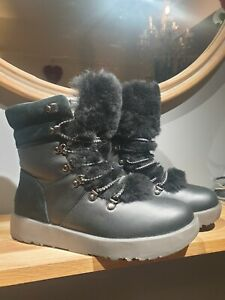 GORGEOUS UGG VIKI SIZE 5.5. SO CUTE AND WARM