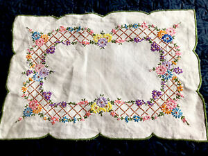 VINTAGE HAND EMBROIDERED NATURAL LINEN TABLE CENTRE / TRAY CLOTH 19X13""