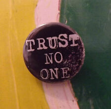 the X Files TRUST NO ONE 25MM PIN BUTTON BADGE TV Quote Button UFO ALIENS truth