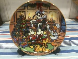 DISNEY 1997 MICKEY MINNIE PLUTO DONALD GOOFY CHISTMAS SEASON OF SONG 21cm PLATE