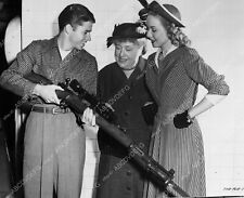 8b20-4475 Audie Murphy showing off bolt action sniper rifle 8b20-4475