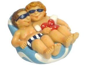 *Touristen am Strand* Urlauber auf Badeinsel mit Sonnenbrille, Bikini & Badehose