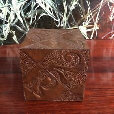 schöner Wurfel / Dose aus Kupfer mit Buchstaben und Zahlen