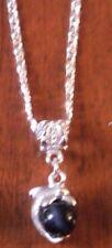 collier argenté avec pendentif dauphin perle oeil de chat noir