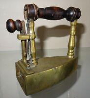 petit fer à repasser à lingot en bronze n° 10  - repassage