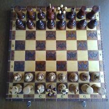 Schachbrett Spiel mit Figuren aus Holz