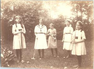 Jeunes filles jouant au croquet Vintage silver print Tirage argentique  8x11