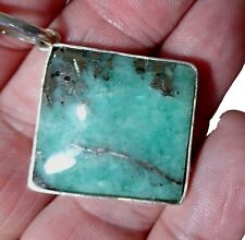 Pendente con smeraldo naturale nella sua matrice di quarzo e pirite, lucidato