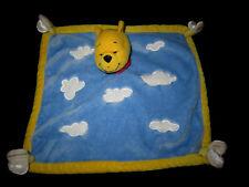 Doudou carré plat Ours Winnie jaune bleu blanc nuages abeilles Disneyland Disney