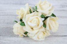 Flores, pétalos y guirnaldas de color principal crema para bodas