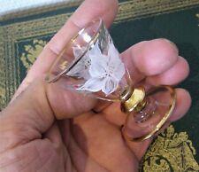 Ancien petit verre à liqueur peint émail? dorure et fleur.