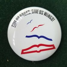 USA GIVE US BOOKS GIVE US WINGS 1989 YEAR OF THE YOUNG READER PIN BADGE BUTTON