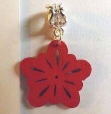 pendentif argenté fleur rouge en bois