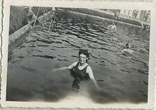 PHOTO ANCIENNE - VINTAGE SNAPSHOT - FEMME PISCINE BAIGNADE BAIGNEUSE LUNETTES