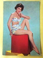 Vintage Postcard Pin Up 1970s - Mooie vrouw in bikini op kubus