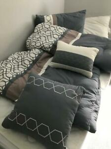 Pristine 5 Pc. Queen Bed Comforter Set Quilt 2 Shams 2 Throw Pillows