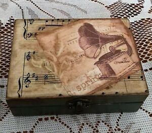 Caja de madera decorado a mano. Pieza única ,Original y diferente .