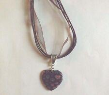collier organza marron avec pendentif coeur fleurs 27x25 mm