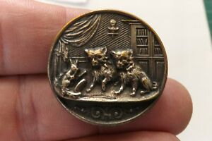 A BEAUTIFUL METAL BUTTON  A STUDY OF A CATS ON A STAGE 3CMS (3418)