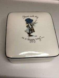 """Vintage 1973 Holly Hobbie Porcelain Trinket Box """"Start Each Day In A Happy Way"""""""