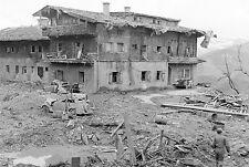 WW2 - Chalet d'Hitler au Berghof bombardé. Les Américains dans les ruines