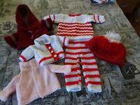 lot garde/robe  poupée poupon tricotée main  blanc rouge= veste damart