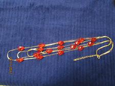 goldfarbige Kette mit roten Tropfen