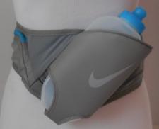 Nike Unisex Grande Flash Cinturón 20oz. Color Polvo / Azul Force / Plata Talla