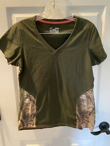 Under Armour Women's Semi Fitted T-shirt Sz Med. Army Green W/ Camo On The Bott