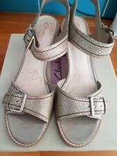 """CLARKS SIZE 7 CGOLD LEATHER SHOES 2"""" ROUND BLOCK HEEL STRAPPY FRONT ANKLE STRAP"""
