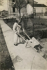 PHOTO ANCIENNE - VINTAGE SNAPSHOT - ENFANT JARDIN BROUETTE - CHILD GARDEN 1931