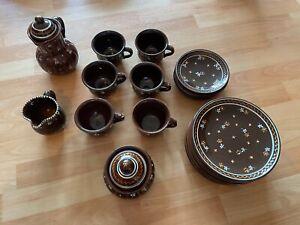 Konvolut GMUNDNER Keramik Dirndl Braun Teller, (Unter-)Tassen, Kaffeekanne, etc.
