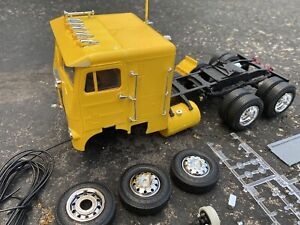 Revell AMT ? 1/25 Scale WHITE FREIGHTLINER SEMI Truck Built Plastic Model Parts