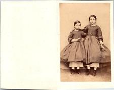 Deux petites filles avec des pantalons blancs sous leurs robes Vintage CDV album