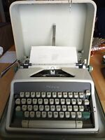 1960's OLYMPIA SM7 De LUXE MANUAL PORTABLE TYPEWRITER GERMANY w / CASE & KEY
