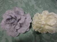 lot=SUPERBEs BROCHes fleur ,tissus gris argenté et blanc cassé ,chapeau ,robe