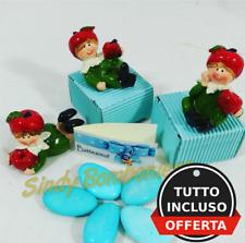 Bomboniere nascita battesimo bimbo con confetti azzurri e bigliettino stock