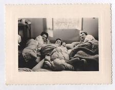 PHOTO ANCIENNE Jeu Poupée Curiosité Adulte Enfant Lit 1956 Repos Couchage