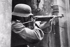 WW2 - Un soldat allemand tire avec un MP-40 Schmeisser