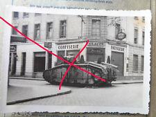 original  Foto  Frankreich 1940 abgeschossener frz. Panzer vor Bäckerei
