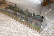 K40  Kleines Display in Vitrine mit Piko Personenzug Sp HO