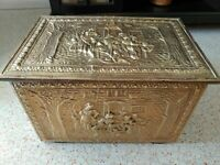 VINTAGE ANTIQUE REVERSE HAND TOOLED BRASS/BRONZE & WOOD COAL CHEST KINDLING BOX