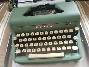 VINTAGE 1956 ROYAL QUIET DELUXE GREEN PORTABLE TYPEWRITER w/ Case