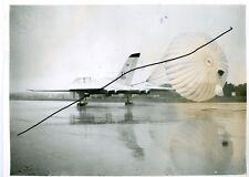 foto aeronautica bombardiere vulcan RAF con paracadute posteriore