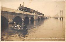 2124) VENEZIA PONTE DELLA FERROVIA SULLA LAGUNA. TRENO, BARCA, ANIMATA. VG  1921
