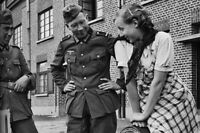 """German soldiers flirting with a French woman WW2 War Photo """"4 x 6"""" inch С"""